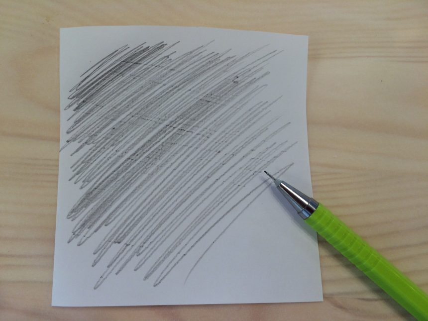 コピー用紙を鉛筆で塗り潰します