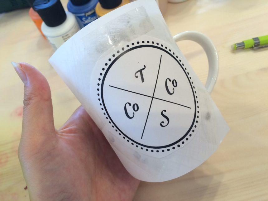 マグカップにコピー用紙をカットして貼り付け