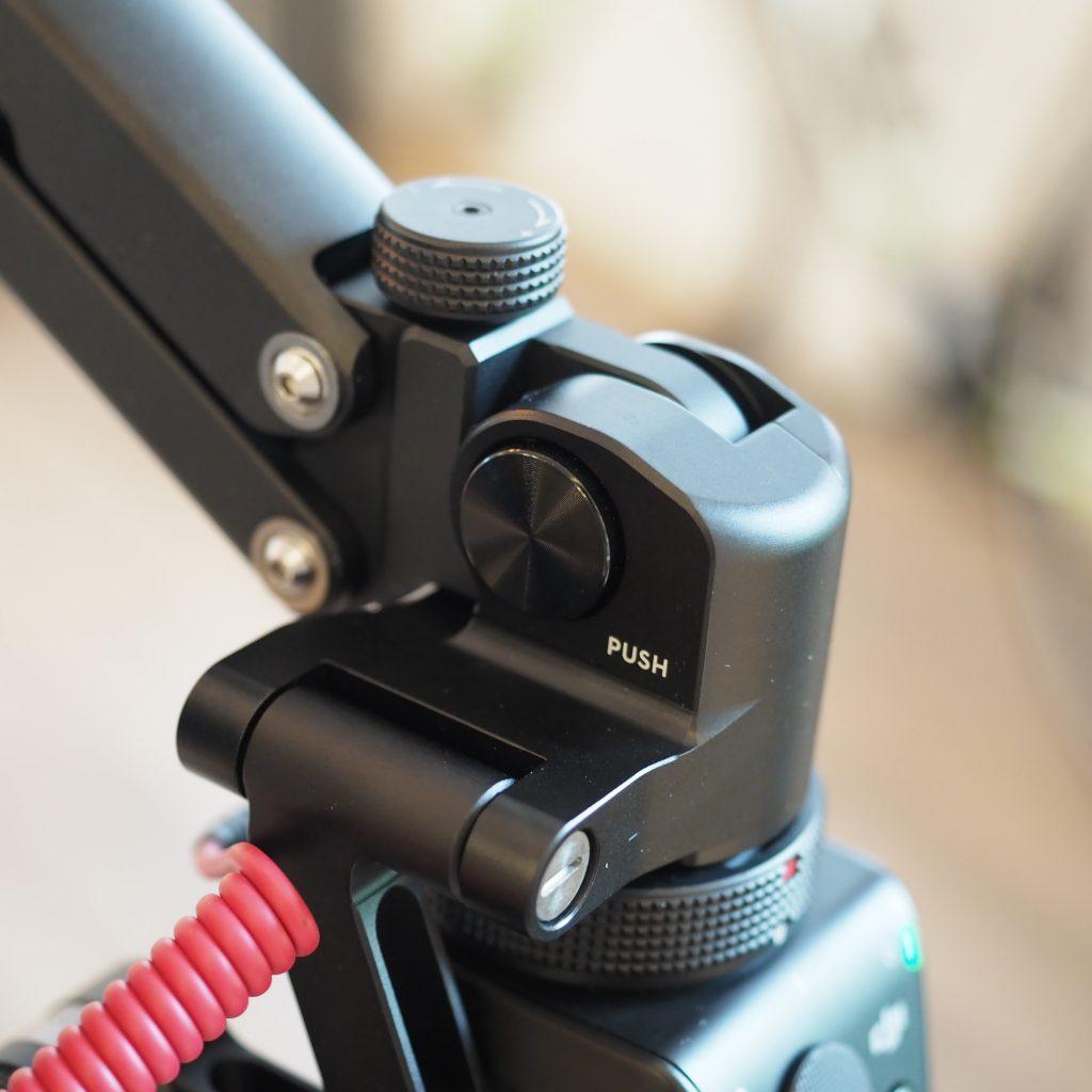 PUSHボタンでアームの角度を3段階調整できます。